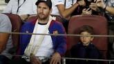 Lionel Messi yang mengalami patah tangan kanan menyaksikan langsung perjuangan rekan-rekan setimnya di Camp Nou.(REUTERS/Juan Medina)