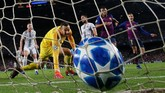 Rafinha mencetak gol pertama ke gawang Inter Milan pada menit ke-32. Rafinha menyambut umpan matang yang dilepaskan Luis Suarez. (REUTERS/Albert Gea)