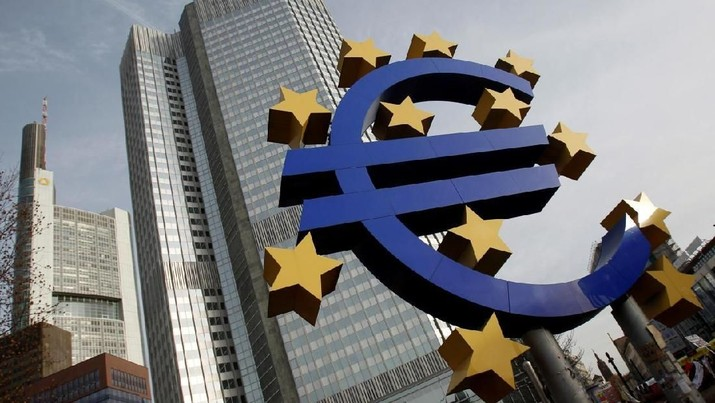 FILE PHOTO: A sculpture showing the Euro currency sign is seen in front of the European Central Bank (ECB) headquarters in Frankfurt, December 8, 2011. REUTERS/Alex Domanski/File Photo