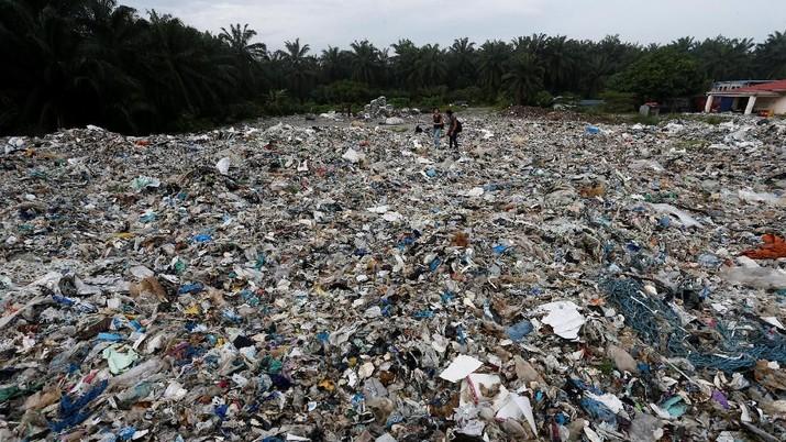 Ratusan karung berisi sampah plastik tumpah ke jalan-jalan di zona industri di Pulau Indah, Malaysia