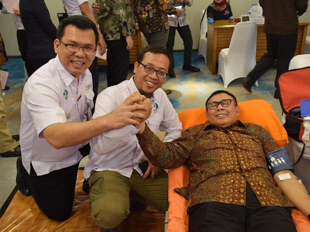 Direktur Utama Bank BNI Achmad Baiquni (kanan) juga turut serta mendonorkan darahnya diacara tersebut didampingi Ketua Umum Serikat Pekerja BNI Irfan Ferdiansyah (tengah) dan Sekjen Serikat Pekerja BNI Alfri Hamonangan (kiri) di Jakarta. Foto: dok. SP BNI