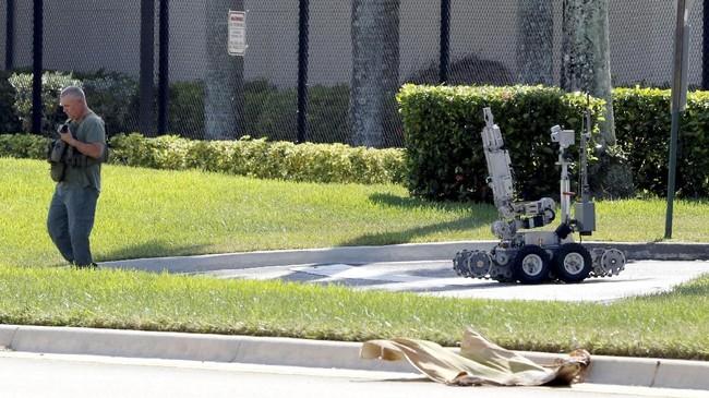Teror paket bom tak berhenti disitu, Rabu pagi paket ini kembali ditemukan di kediaman Barack Obama di Washington D.C. (REUTERS/Joe Skipper)