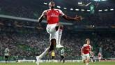 Danny Welbeck merayakan gol ke gawang Sporting Lisbon. Gol Welbeck membuat Arsenal semakin kukuh di puncak klasemen sementara Grup E dengan torehan sembilan poin dari tiga laga. (Action Images via Reuters/Peter Cziborra)