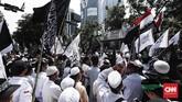 Massa menggelar aksi bela tauhid di depan gedung Kementerian Koordinator Politik, Hukum, dan Keamanan, Jakarta, Jumat, 26 Oktober 2018. (CNNIndonesia/Safir Makki)