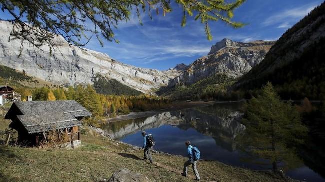 Dua longsoran yang terjadi pada abad ke-18 membentuk Danau Derborence di Lembah Lizerne, Valais, Swiss. Saat ini kawasan tersebut menjadi destinasi wisata alam yang ramai dikunjungi turis.