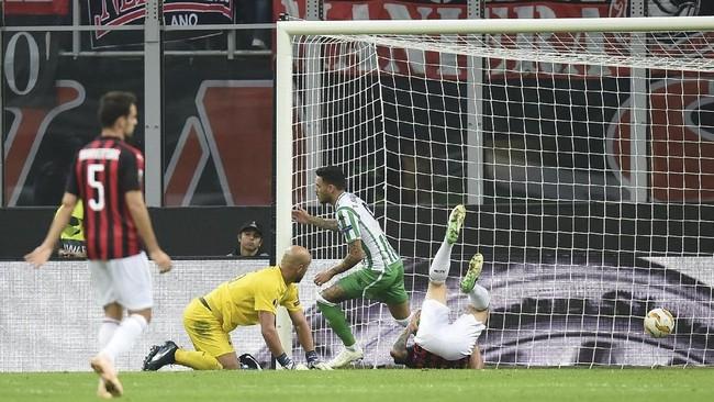 Di Grup F, AC Milan menelan kekalahan pertama di Liga Europa musim ini setelah takluk 1-2 dari Real Betis di Stadion San Siro. Betis mencetak gol pertama pada menit ke-30 melalui Antonio Sanabria. (REUTERS/Daniele Mascolo)