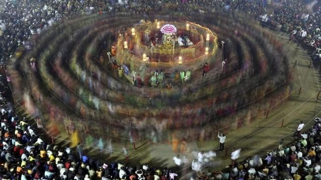 Di Gujarat, India, para pemeluk agama Hindu menampilkan Garba, tarian tradisional, saat merayakan festival Navratri, yang digelar untuk memuliakan Dewa Durga. (REUTERS/Amit Dave)