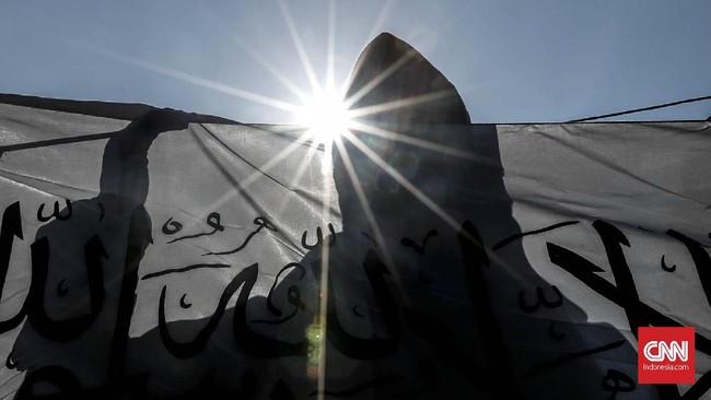 Bendera-bendera tersebut yang mirip dengan bendera yang dibakar di Garut oleh oknum Banser. (CNNIndonesia/Safir Makki)