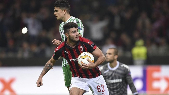 AC Milan hanya mampu membalas satu gol melalui Patrick Cutrone pada menit ke-83. Skor 2-1 untuk Real Betis bertahan hingga laga usai. (REUTERS/Daniele Mascolo)