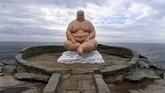 Patung The Sculpture Bank (2017) karya seorang seniman asal China, Mu Boyan, dipamerkan di jalanan dekat pantai Tamarama. Patung ini dipamerkan dalam ajang Patung-patung di Pinggir Pantai di Sidney, Australia. (AAP/Dean Lewins/via REUTERS)