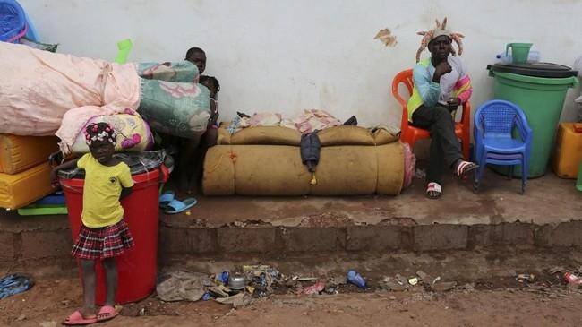 Bentrokan kerap berakhir ricuh dan berujung pada penjarahan hingga para imigran Kongo itu terpaksa kembali ke tanah air mereka. (Reuters/Giulia Paravicini)
