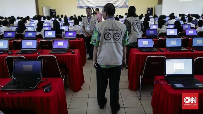 Molornya jadwal karenasejumlah jaringan internet di lokasi pelaksanaan tes SKD bermasalah. (CNNIndonesia/Adhi Wicaksono)