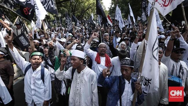 Diperkirakan lebih dari 1.000 orang mengikuti aksi ini sebagai reaksi dari pembakaran bendera di Garut oleh anggota Barisan Serba Guna (Banser), GP Ansor, NU. (CNNIndonesia/Safir Makki)