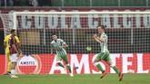 Real Betis menggandakan keunggulan pada menit ke-54 melalui gol spektakuler Giovani Lo Celso (kanan) yang melepaskan tendangan keras dari luar kotak penalti yang bersarang di pojok kanan gawang Pepe Reina. (REUTERS/Daniele Mascolo)