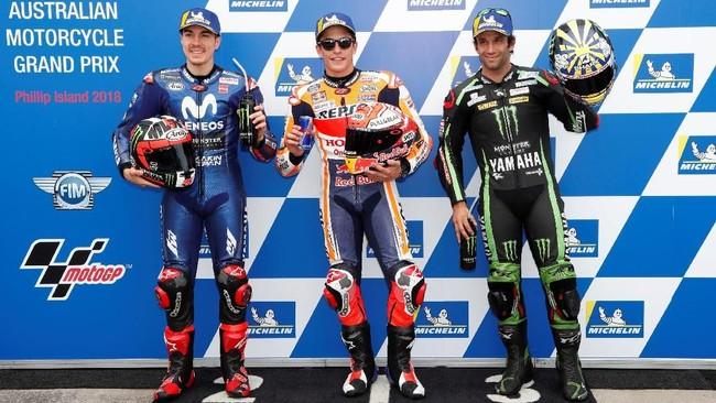 Tiga pebalap yang menempati baris start pertama berpose setelah sesi kualifikasi MotoGP Australia 2018. (REUTERS/Brandon Malone)