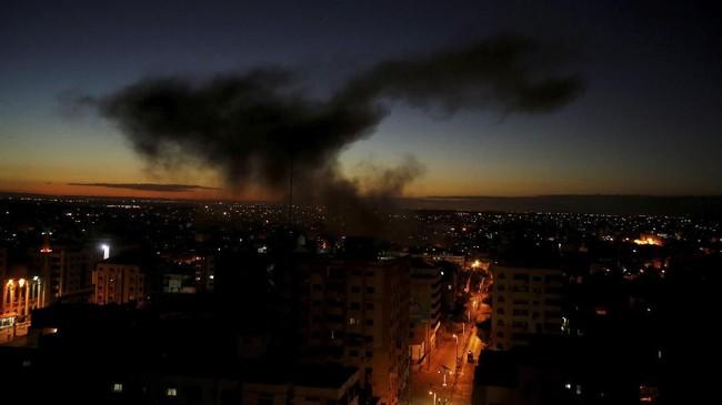 Asap hitam membumbung tinggi memenuhi langit di Jalur Gaza akibat serangan udara jet tempur, helikopter, dan pesawat nirawak ke