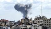 Insiden ini terjadi di tengah situasi yang kian panas di perbatasan Israel dan Jalur Gaza setelah warga Palestina menggelar aksi protes rutin sejak 30 Maret lalu. (Photo by MAHMUD HAMS / AFP)