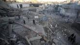 Rakyat Palestina memeriksa bangunan yang diserang oleh roket Israel. Mereka tak tinggal diam atas serangan-serangan yang telah berlangsung lima bulan ini. Setiap Jumat, warga Palestina menggelar aksi besar-besaran agar para pengungsi dapat kembali ke kampung halaman mereka. (REUTERS/Mohammed Salem)