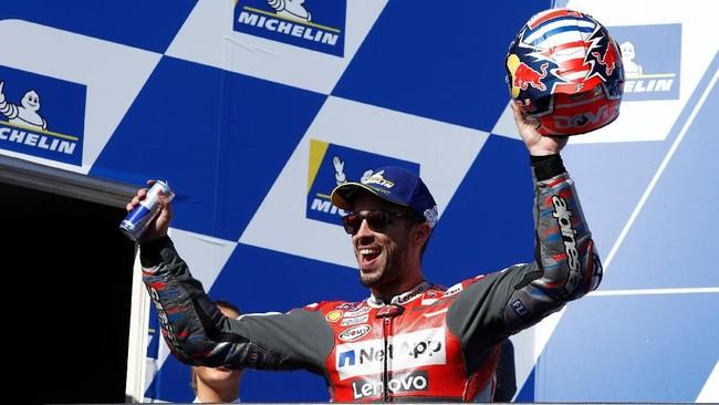 Pebalap Ducati Andrea Dovizioso merayakan finis ketiga di atas podium MotoGP Australia. Dovizioso meraih podium kedelapan di MotoGP 2018. (REUTERS/Brandon Malone)