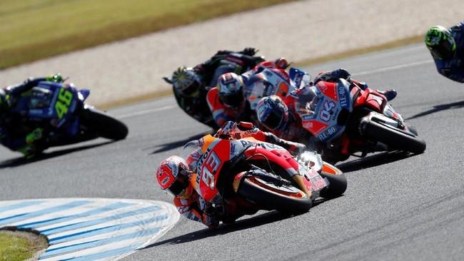 Juara dunia MotoGP 2018 Marc Marquez kemudian memimpin balapan di Australia mulai di lap kedua setelah sukses melewati Jack Miller. (REUTERS/Brandon Malone)