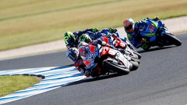 Pebalap Ducati Andrea Dovizioso bersaing ketat dengan pebalap Suzuki Andrea Iannone dalam perebutan posisi kedua di MotoGP Australia. (REUTERS/Brandon Malone)