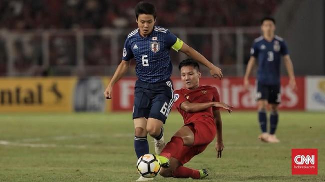 Syahrian Abimanyu yang menjadi penghuni lini tengah Indonesia turut membantu pertahanan dengan melakukan tekel kepada Mitsuki Saito. (CNN Indonesia/ Hesti Rika)