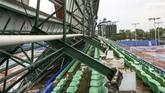 Tribun arena tenis lapangan di Jakabaring Sport City (JSC) ambruk dilanda angin puting beliung. (ANTARA FOTO/Nova Wahyudi/foc).
