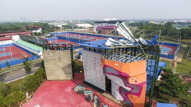 Kondisi atap arena panjat dinding Jakabaring Sport City (JSC) juga rusak akibat angin puting beliung. (ANTARA FOTO/Nova Wahyudi/wsj).