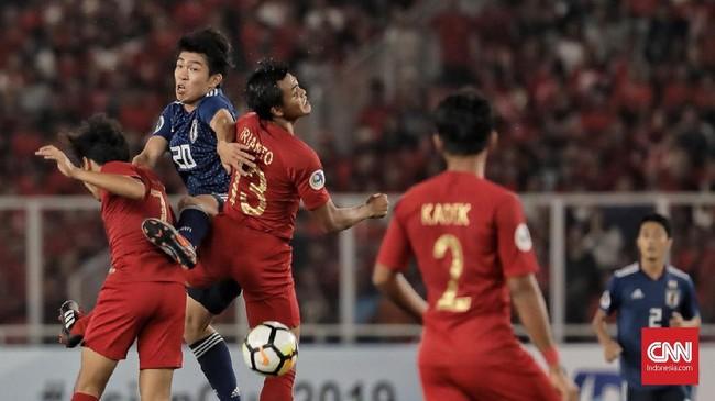Lini pertahanan Timnas Indonesia U-19 bermain cukup padu. Rachmat Irianto dan Luthfi Kamal Baharsyah melakukan 'double team' untuk menghentikan laju Taishie Miyashiro. (CNN Indonesia/ Hesti Rika)