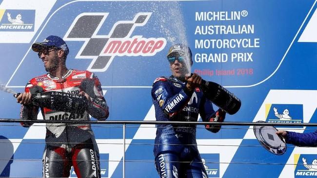 Maverick Vinales dan Andrea Dovizioso menyemprotkan sampanye di atas podium MotoGP Australia 2018. (REUTERS/Brandon Malone)