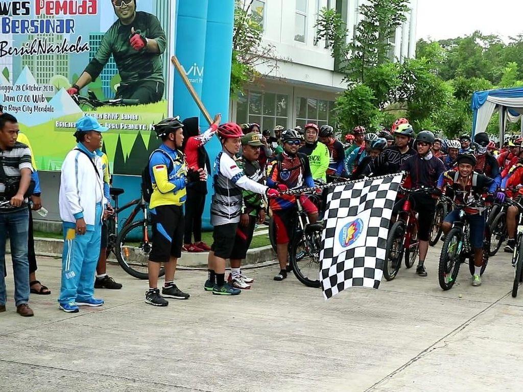 Dalam rangka mengimplementasikan Instuksi Presiden (Inpres) No 6/2018 tentang Rencana Aksi Nasional Pencegahan Pemberantasan Penyalahgunaan dan Peredaran Gelap Narkoba (P4GN) BNNP Jambi mengajak komunitas penghobi sepeda untuk gowes bersama. Istimewa.