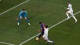Barcelona mendapatkan penalti di menit ke-30 saat Luis Suarez dijatuhkan Raphael Varane. Penalti ini didapatkan melalui proses VAR. (REUTERS/Sergio Perez)