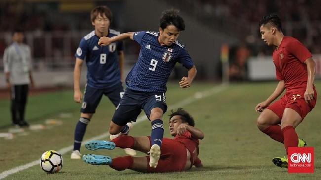 Menghadapi tim muda Samurai Biru, skuat Garuda Nusantara memilih bermain bertahan pada menit-menit awal. Firza Andika yang menempati posisi fullback kiri berupaya menghentikan laju Takefusa Kubo. (CNN Indonesia/ Hesti Rika)