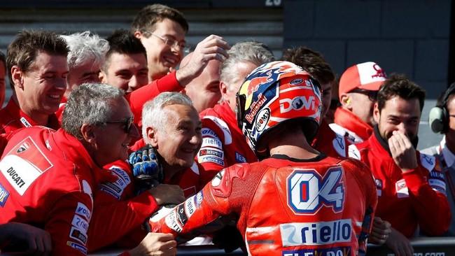Pebalap Ducati Andrea Dovizioso berbicara dengan kru tim di parc ferme usai meraih posisi ketiga pada balapan MotoGP Australia. (REUTERS/Brandon Malone)