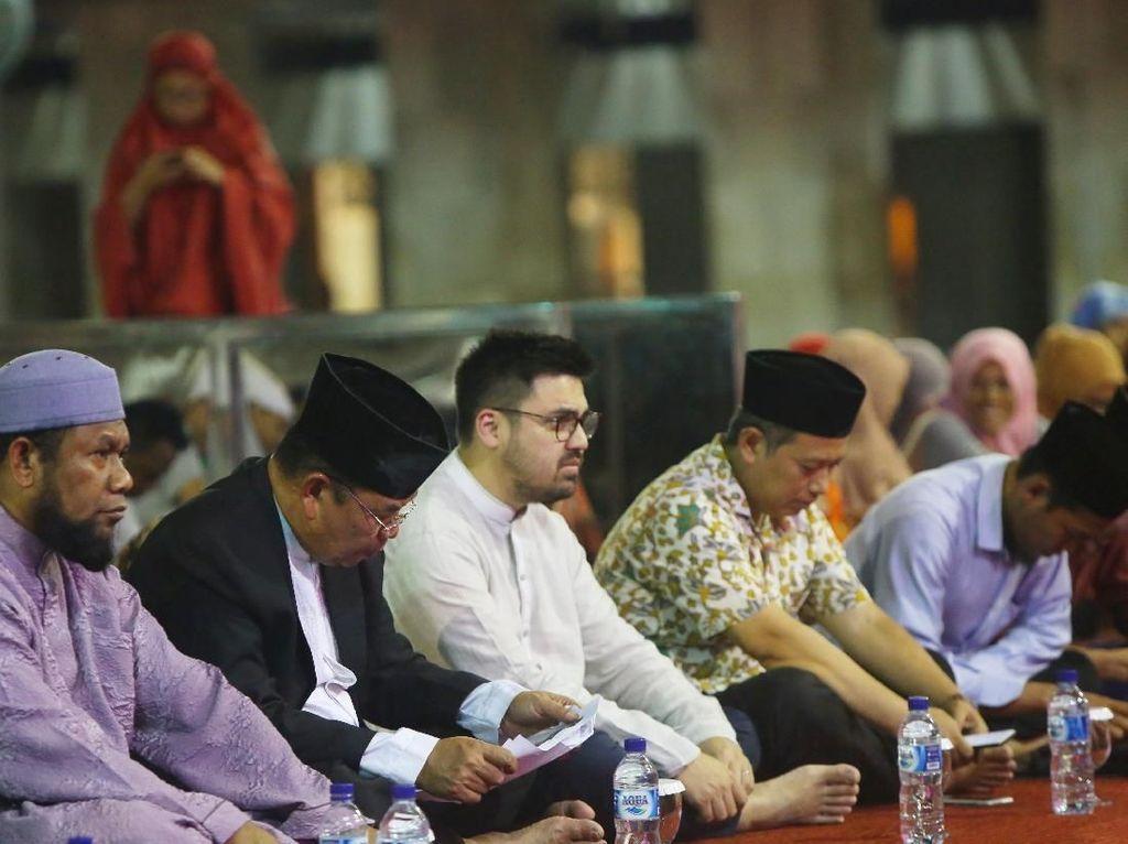 Managing Director GO-PAY Budi Gandasoebrata memberikan sambutan dalam acara Tasyakuran dan Tabligh Akbar bersama mitra driver Go-Jek di Masjid Istiqlal, Jumat (26/10) malam. Foto: dok. Gojek