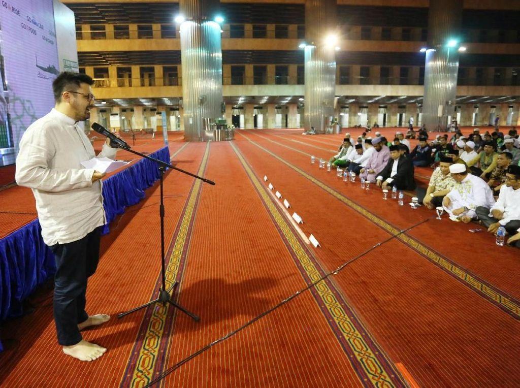 Acara ini digelar dalam rangka mensyukuri hari jadi yang ke-8 Go-Jek. Dalam kesempatan ini, GO-JEK juga menghibahkan 888 Al-Quran untuk Masjid Istiqlal Jakarta dan PPTQ Nurul Iman Bogor. Foto: dok. Gojek