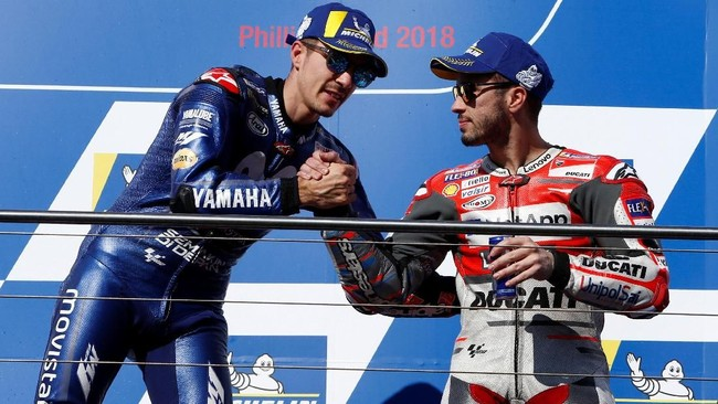 Maverick Vinales mendapatkan ucapan selamat dari Andrea Dovizioso di atas podium MotoGP Australia 2018. (REUTERS/Brandon Malone)