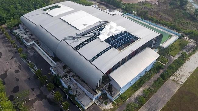 Kondisi atap arena aquatik Jakabaring Sport City (JSC) yang rusak akibat angin kencang.(ANTARA FOTO/Nova Wahyudi/foc).