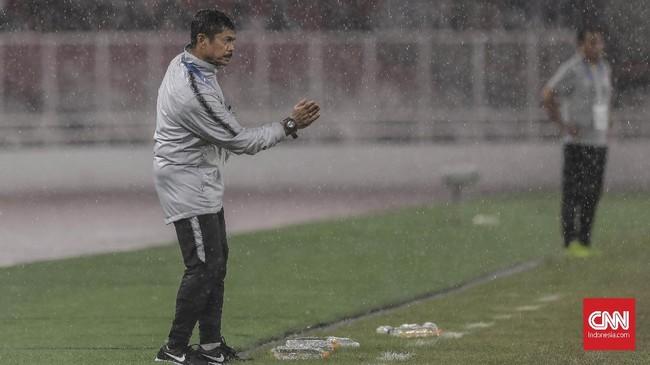 Indra Sjafri memberikan arahan kepada anak asuhnya yang tertinggal dari Jepang pada babak kedua. (CNN Indonesia/ Hesti Rika)