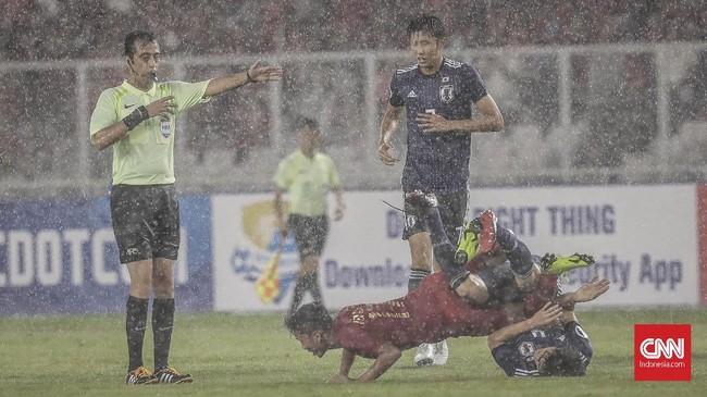 Guyuran hujan dan agresivitas yang meningkat dari Timnas Indonesia U-19 menjadi pembeda dalam laga babak kedua. Beberapa kali akselerasi anak asuh Indra Sjafri merepotkan pemain Jepang, termasuk Syahrian Abimanyu yang dijatuhkan di sektor tengah. (CNN Indonesia/ Hesti Rika)