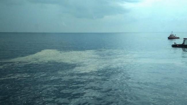 Petugas Basarnas, Polri-TNI, dibantu oleh kru kapal Pertamina memantau perairan Tanjung Karawang, lokasi jatuhnya pesawat JT-610 rute Jakarta-Pangkalpinang yang jatuh diperairanKarawang, Jawa Barat, Senin (29/10/2018). (ANTARA FOTO/HO-Pertamina/aww).