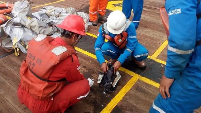 Awak kapal Pertamina yang berada di perairan Tanjung Karawang, menemukan serpihan pesawat Lion Air bernomor penerbangan JT-610 rute Jakarta-Pangkalpinang yang jatuh diperairan Karawang, Jawa Barat. Awak kapal Pertamina mengumpulkan barang-barang itu. (ANTARA FOTO/HO-Pertamina/aww).