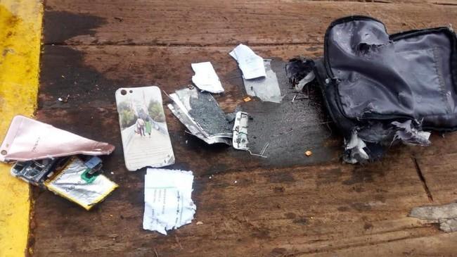 Foto barang yang diduga milik penumpang pesawat Lion Air bernomor penerbangan JT-610 rute Jakarta-Pangkalpinang yang jatuh di laut utara Karawang, Jawa Barat, Senin (29/10). (ANTARA FOTO/HO-Pertamina/aww).