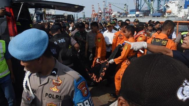 Potongan tubuh yang telah dikumpulkan di Posko Basarnas nantinya akan dibawa ke RS Polri Kramatjati untuk diidentifikasi. Sebanyak 66 ahli forensik disiapkan untuk mengidentifikasi korban. (ANTARA FOTO/Indrianto Eko Suwarso/kye).
