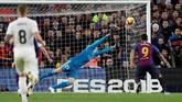 Setelah banyak membuang peluang untuk menyamakan kedudukan, Real Madrid dihukum oleh gol sundulan Luis Suarez di menit ke-75. (REUTERS/Albert Gea)