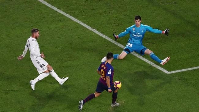 Pengujung pertandingan kemudian berubah jadi petaka untuk Real Madrid. Luis Suarez mencatat hattrick di menit ke-83 sekaligus membuat kedudukan jadi 4-1. (REUTERS/Sergio Perez)