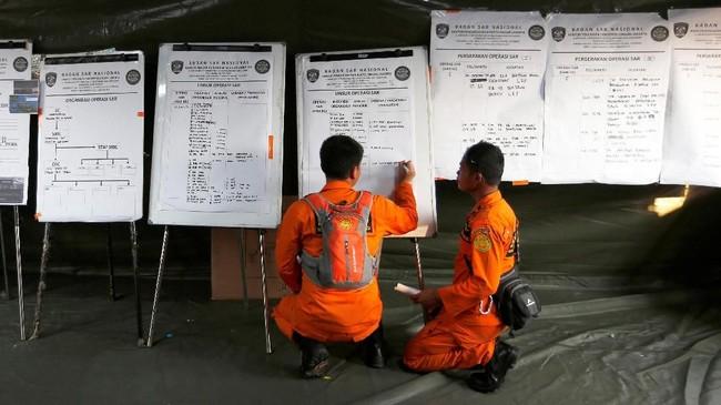 Petugas Basarnas menentukan koordinat pencarian korban pesawat Lion Air JT-610. Pesawat Lion Air yang jatuh di perairan Karawang mengangkut 181 penumpang dan delapan kru. (REUTERS/Willy Kurniawan)