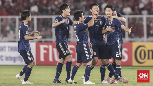 Tidak bisa menembus pertahanan yang digalang Rachmat Irianto dan kawan-kawan, Jepang mencetak gol dari tendangan jarak jauh yang dilepaskan Higashi Shunki (kanan). Keunggulan 1-0 yang dibukukan pada menit ke-40 dirayakan anak asuh Masanaga Kageyama. (CNN Indonesia/ Hesti Rika)