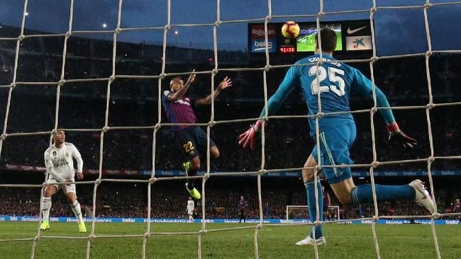 Arturo Vidal lalu melengkapi penderitaan Real Madrid lewat gol sundulan di menit ke-87 yang membuat skor jadi 5-1. (REUTERS/Paul Hanna)