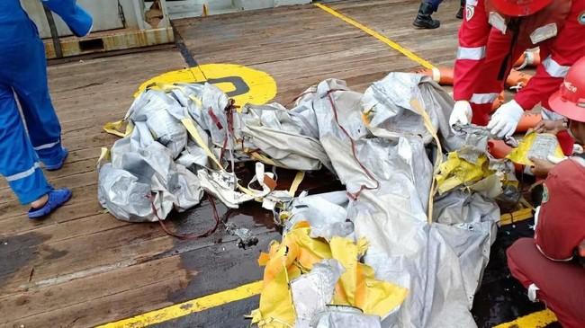 Barang milik penumpang pesawat JT-610 mengampung di perairan Tanjung Karawang, Jawa Barat. Petugas mengamankan sejumlah barang seperti tas, dan dompet penumpang. Petugas juga mengevakuasi mayat korban. (29/10). (ANTARA FOTO/HO-Pertamina/aww).